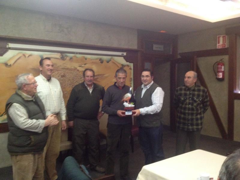 El campeón autonómico recibe el título de manos del presidente de la Federación de Caza Agustín Rabadán